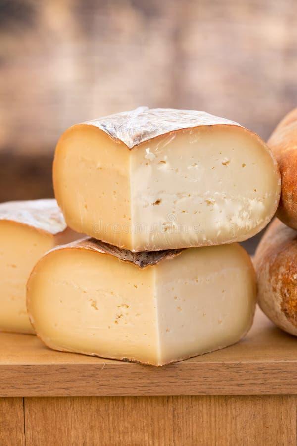 Ciérrese para arriba del queso imagen de archivo