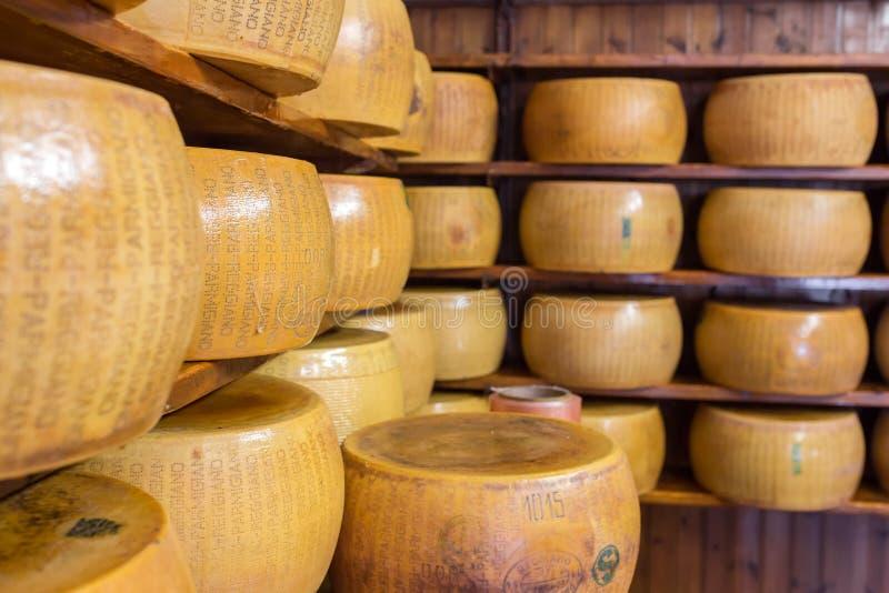 Ciérrese para arriba del queso parmesano duro italiano típico en los estantes imagen de archivo