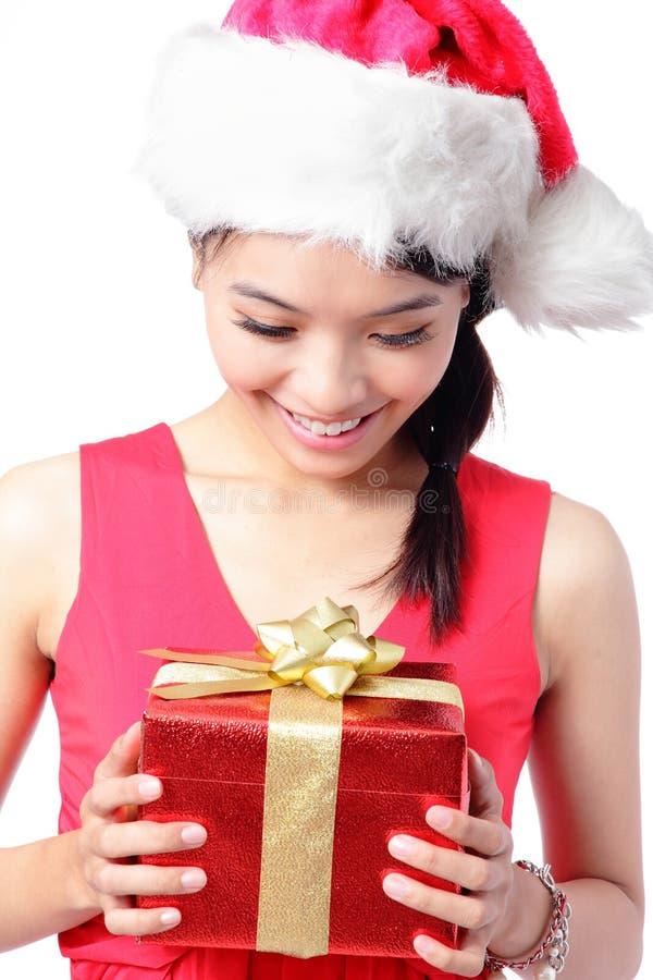 Ciérrese para arriba del regalo feliz de la Navidad de la mirada de la muchacha imagen de archivo libre de regalías