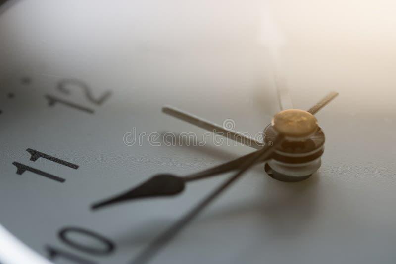 Ciérrese para arriba del reloj en el reloj del ` de 10 o imagen de archivo libre de regalías