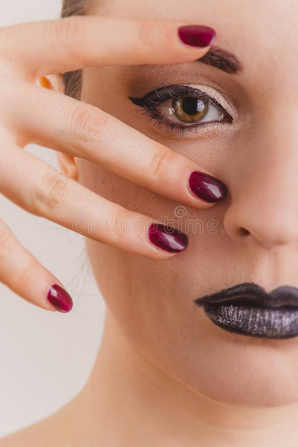 Ciérrese para arriba del retrato hermoso de la cara de la mujer con maquillaje de la malla imágenes de archivo libres de regalías