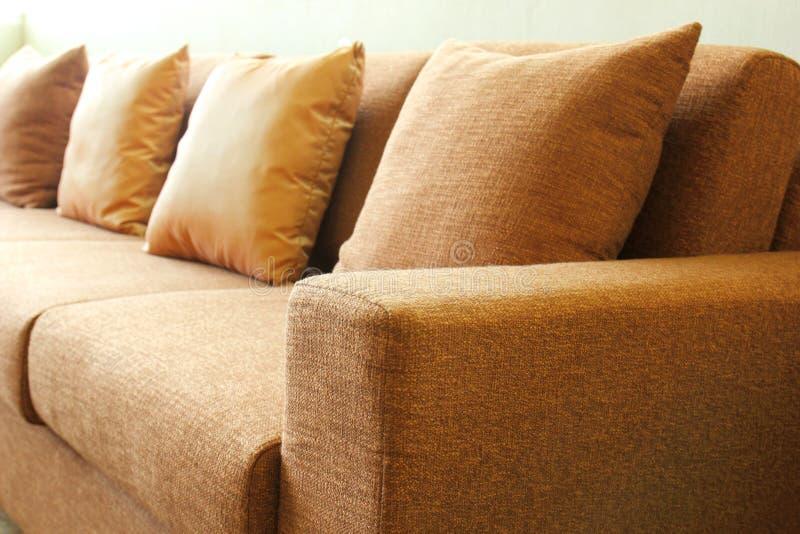 Sofá en la sala de estar foto de archivo