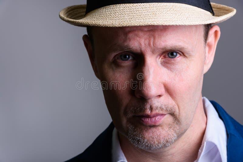 Ciérrese para arriba del sombrero que lleva del hombre de negocios maduro dentro fotos de archivo libres de regalías