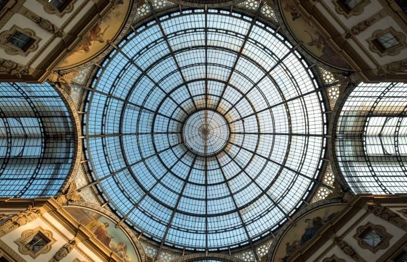 Ciérrese para arriba del techo de cristal adornado en el centro comercial icónico de Vittorio Emanuele II del Galleria, localizad imágenes de archivo libres de regalías