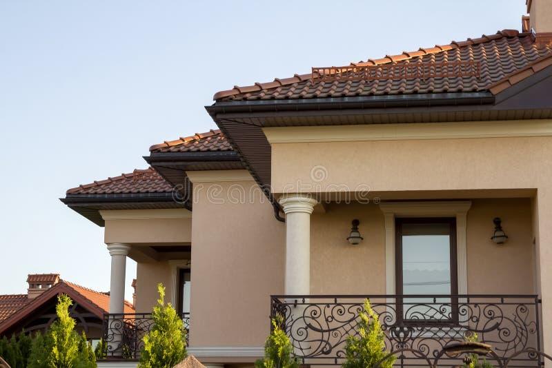 Ciérrese para arriba del tejado marrón espacioso de la tabla del expe lujoso moderno foto de archivo libre de regalías