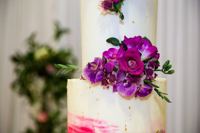 Ciérrese para arriba del top del pastel de bodas imagenes de archivo