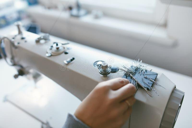 Ciérrese para arriba del trabajo femenino en la máquina de coser imagen de archivo