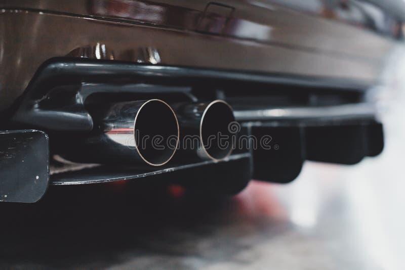 Ciérrese para arriba del tubo de escape blanco de adaptación del coche fotografía de archivo libre de regalías