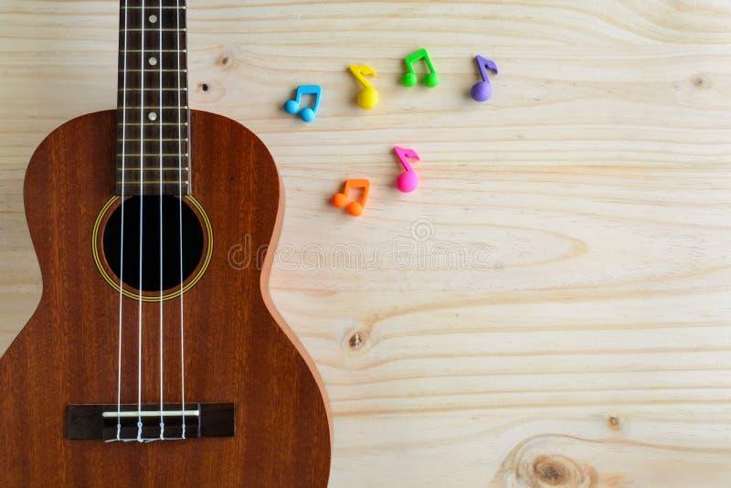Ciérrese para arriba del ukelele en viejo fondo de madera imagen de archivo libre de regalías