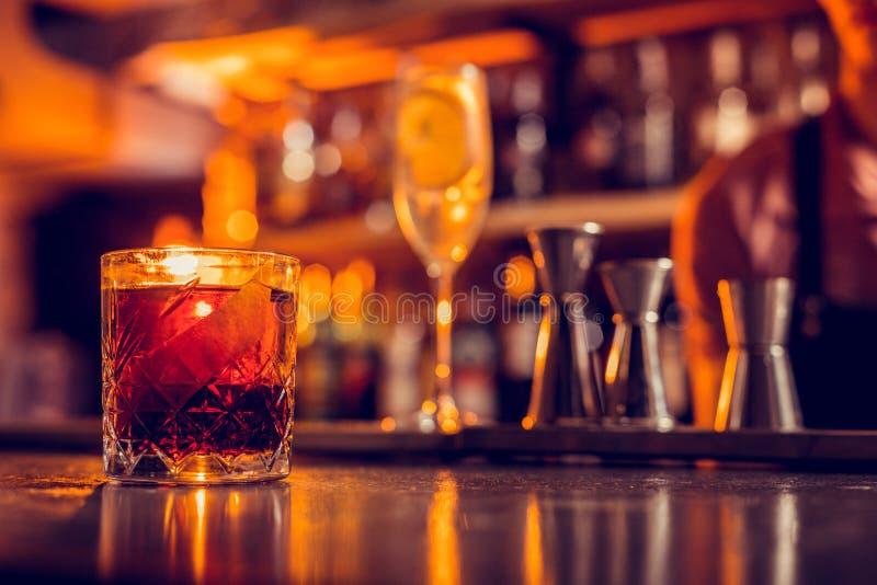 Ciérrese para arriba del vidrio con el whisky que se coloca en el contador de la barra fotos de archivo