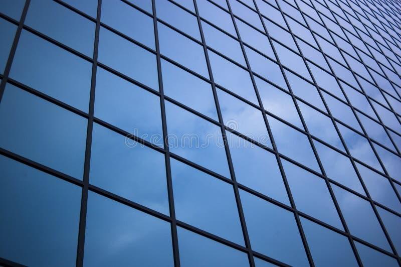 Ciérrese para arriba del vidrio del rascacielos fotografía de archivo libre de regalías