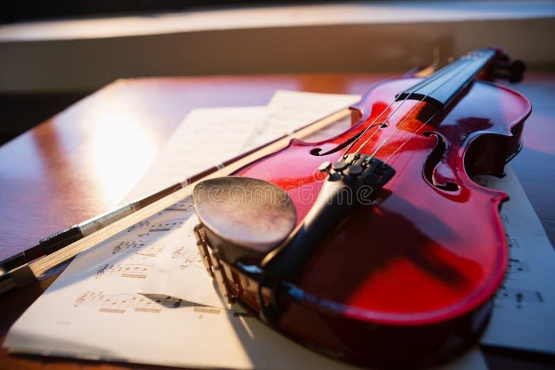 Ciérrese para arriba del violín con partitura en la tabla imagen de archivo libre de regalías