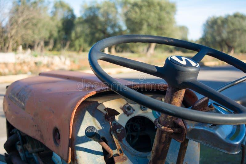 Ciérrese para arriba del volante de un tractor abandonado viejo imagen de archivo libre de regalías