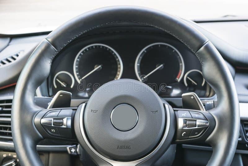Ciérrese para arriba del volante Tablero de instrumentos del coche Pantalla de la navegación detalles modernos del interior del c foto de archivo libre de regalías
