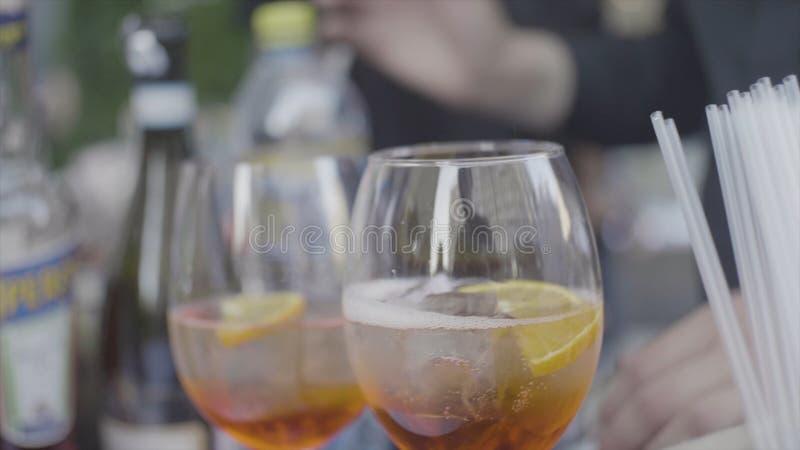Ciérrese para arriba para dos vidrios del shampagne con los cubos y las burbujas de hielo en la tabla celebradora Capítulo Vidrio imagen de archivo libre de regalías