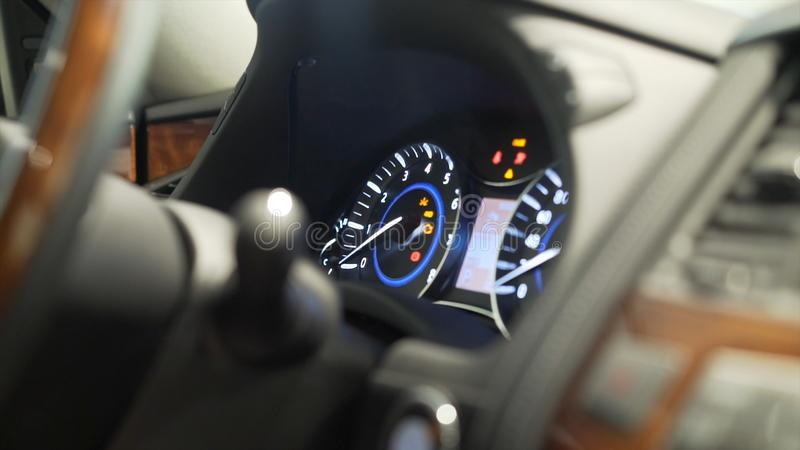 Ciérrese para arriba para el finger del hombre que presiona el comienzo del poder del coche, el botón de paro, concepto del trans foto de archivo