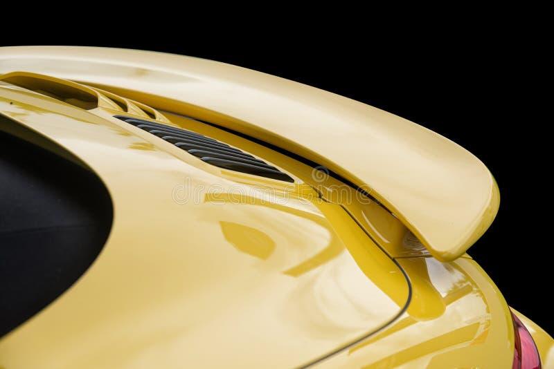 Ciérrese para arriba en alerón amarillo de la parte posterior del coche deportivo fotos de archivo libres de regalías