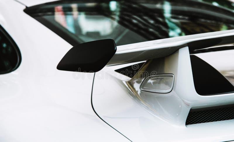 Ciérrese para arriba en alerón del coche deportivo fotografía de archivo libre de regalías