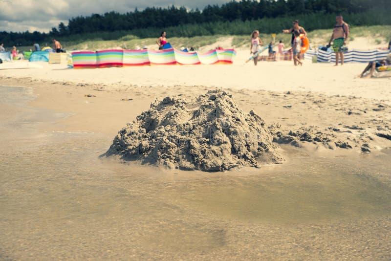 Ciérrese para arriba en castillo destruido de la arena en la playa fotografía de archivo libre de regalías