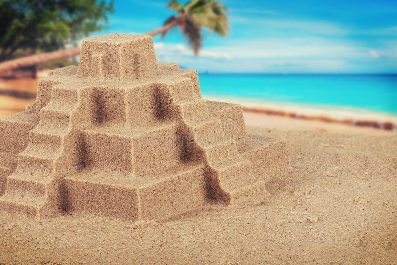 Ciérrese para arriba en castillo, la playa y el océano de la arena en fondo fotos de archivo libres de regalías