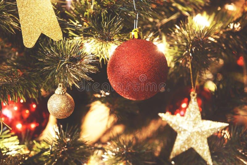 Ciérrese para arriba en decoraciones de la Navidad en árbol foto de archivo libre de regalías