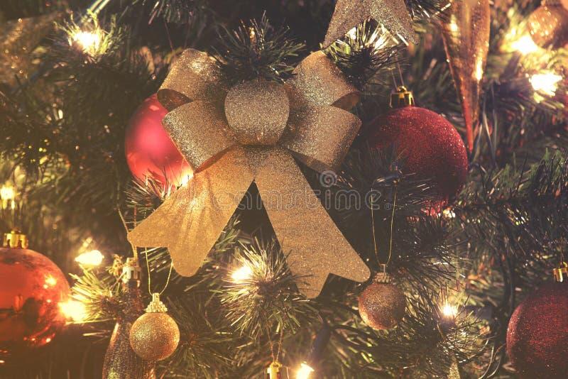 Ciérrese para arriba en decoraciones del árbol de navidad y de la Navidad foto de archivo libre de regalías