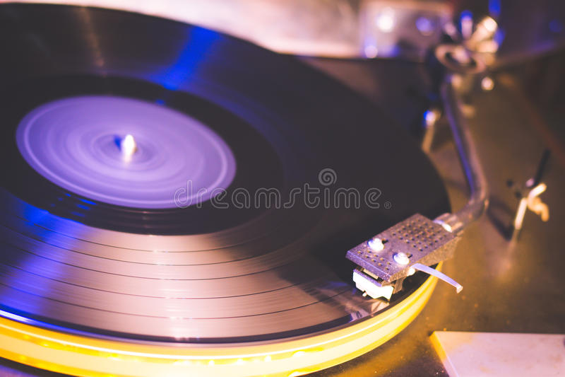 Ciérrese para arriba en el gramófono de la vendimia jugar la vieja canción, tocadiscos del vintage con el disco del vinilo imagen de archivo libre de regalías