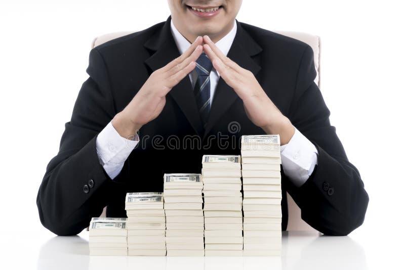 Ciérrese para arriba en el hombre de negocios que hace la forma del tejado de la casa sobre stra foto de archivo libre de regalías
