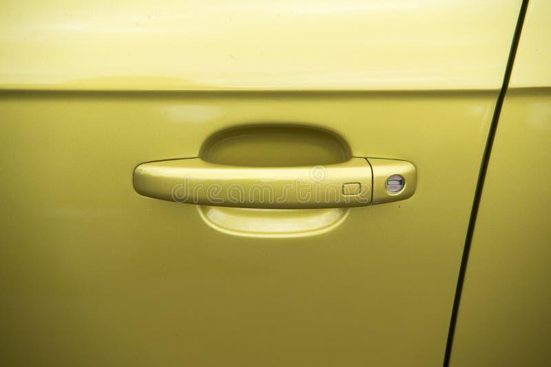 Ciérrese para arriba en el tirador de puerta del coche deportivo imagen de archivo
