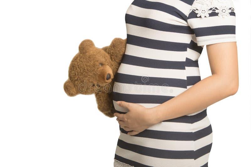 Ciérrese para arriba en el vientre embarazada Mujer que cuenta con a un bebé con un t lindo fotos de archivo libres de regalías
