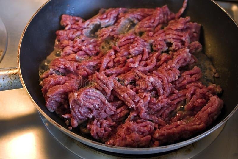 Ciérrese para arriba en la carne picada en una cacerola foto de archivo