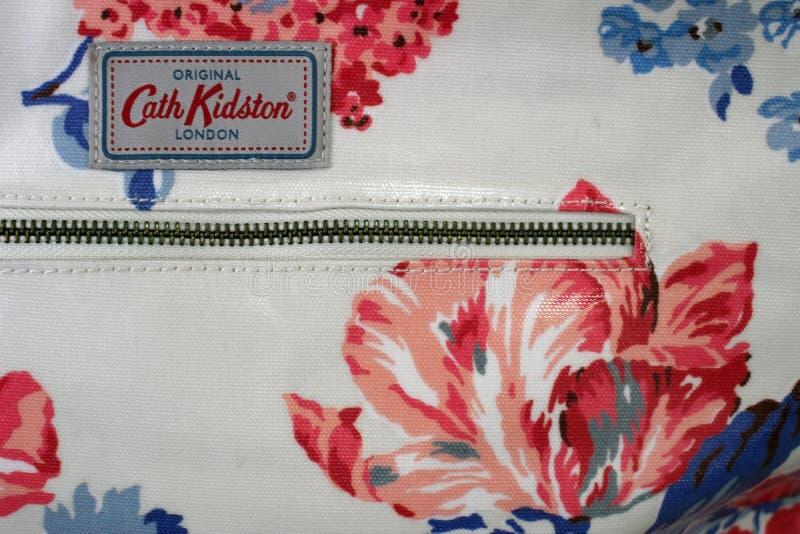Ciérrese para arriba en la etiqueta y el modelo en un bolso floral de la floración de Cath Kidston fotos de archivo