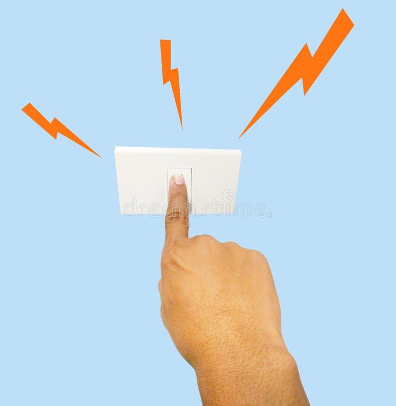 Ciérrese para arriba en la mano del ser humano que presionan el swith eléctrico para encender la lámpara fotografía de archivo libre de regalías