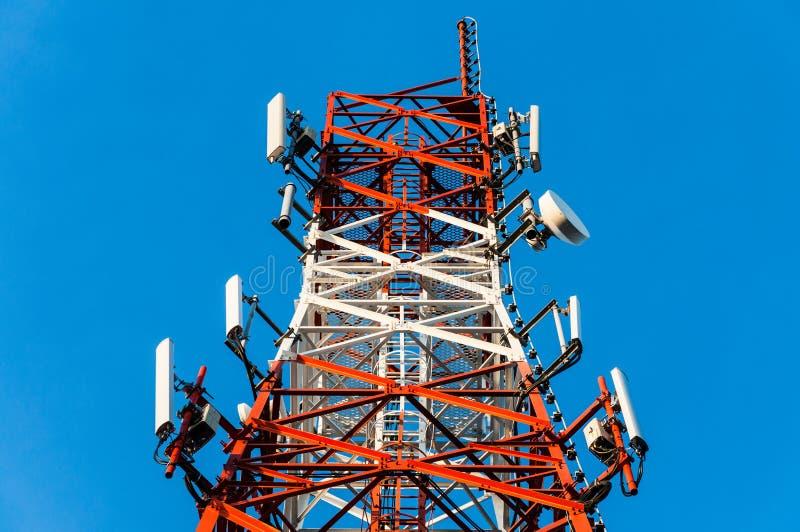 Ciérrese para arriba en la torre de comunicación imagen de archivo libre de regalías