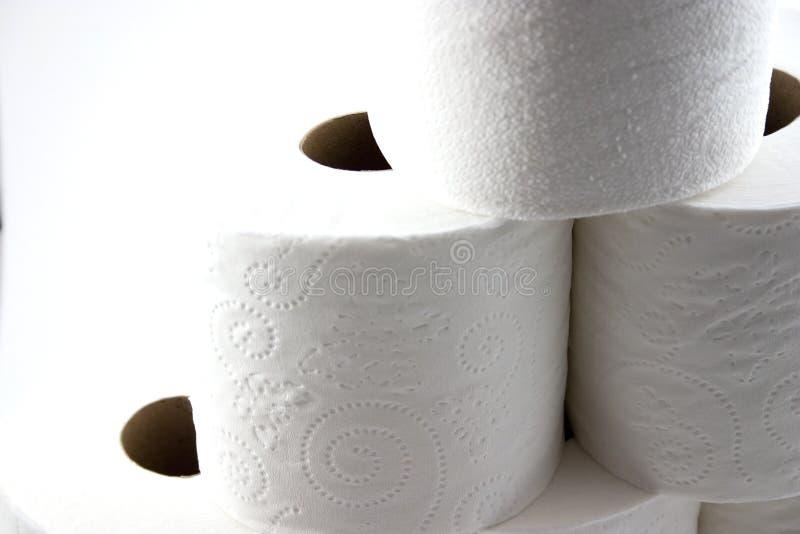 Ciérrese para arriba en los papeles higiénicos aislados que forman una pirámide imagen de archivo libre de regalías