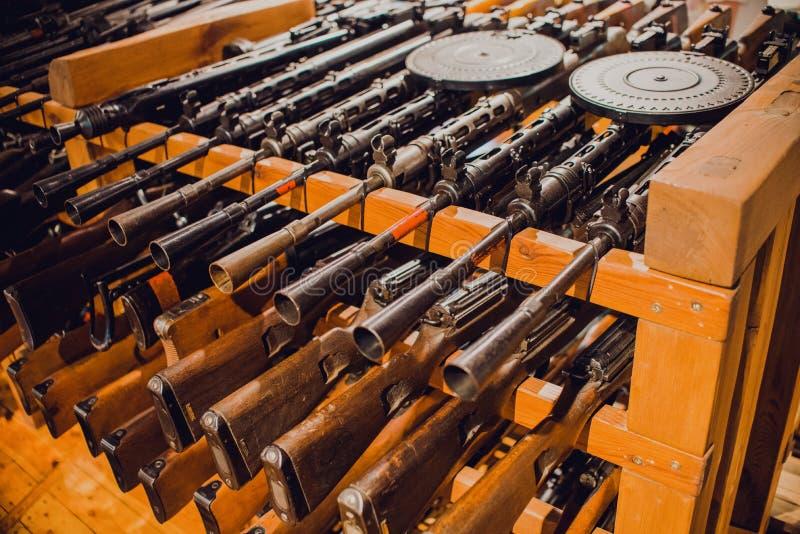 Ciérrese para arriba en los rifles de asalto viejos del vintage imagenes de archivo