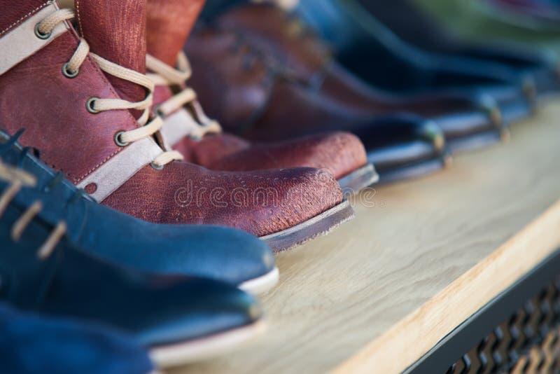 Ciérrese para arriba en los zapatos de cuero para hombre en la fila imágenes de archivo libres de regalías