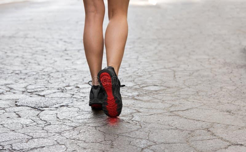 Ciérrese para arriba en los zapatos de gimnasio en la calle de la grieta fotografía de archivo