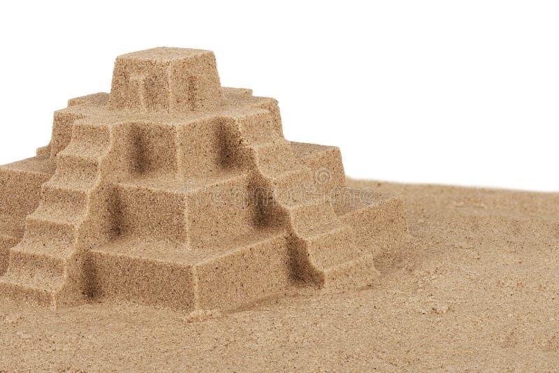 Ciérrese para arriba en un castillo de la arena en la playa, aislada en blanco imagen de archivo