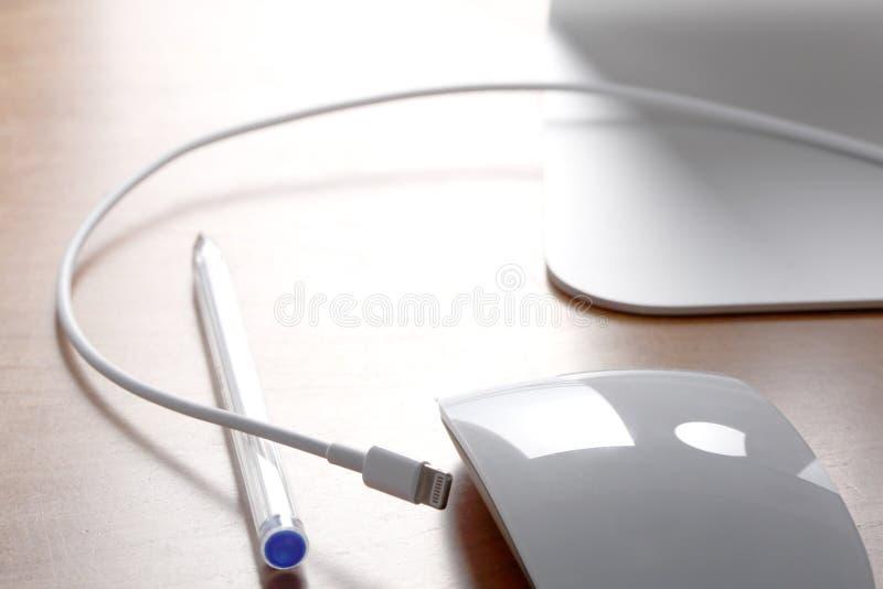 Ciérrese para arriba en un escritorio de oficina con el alambre y el enchufe fotografía de archivo libre de regalías