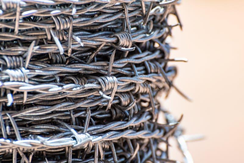Ciérrese para arriba en un rollo del alambre de púas fotografía de archivo