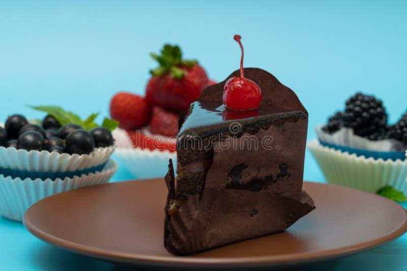 Ciérrese para arriba en una rebanada de torta de chocolate helada rica imagen de archivo libre de regalías