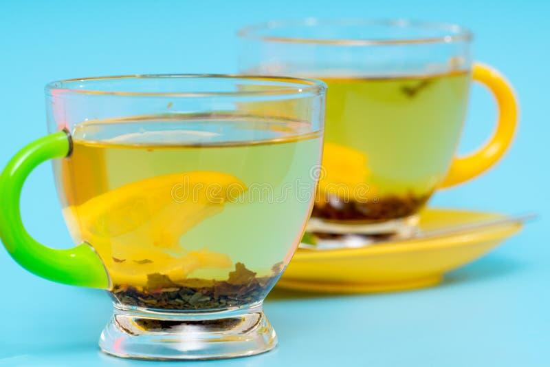 Ciérrese para arriba en una taza de cristal de té picante caliente fotografía de archivo