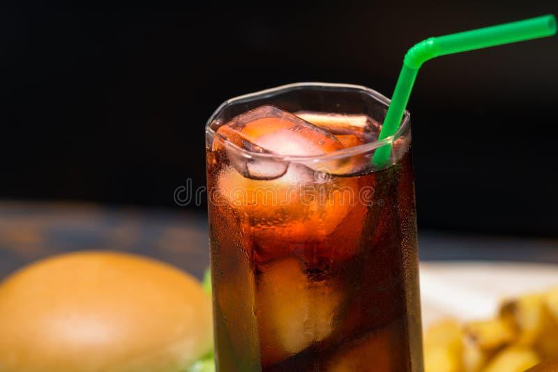Ciérrese para arriba sobre el vidrio de la soda con hielo y paja imágenes de archivo libres de regalías