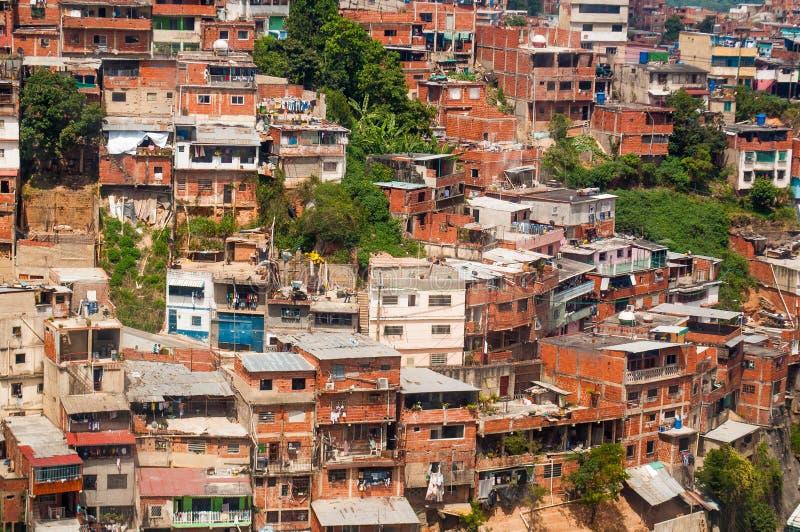 Ciérrese para arriba sobre la vista de la ciudad de chabola y de los tugurios con luz del día en ciudad suramericana imagenes de archivo