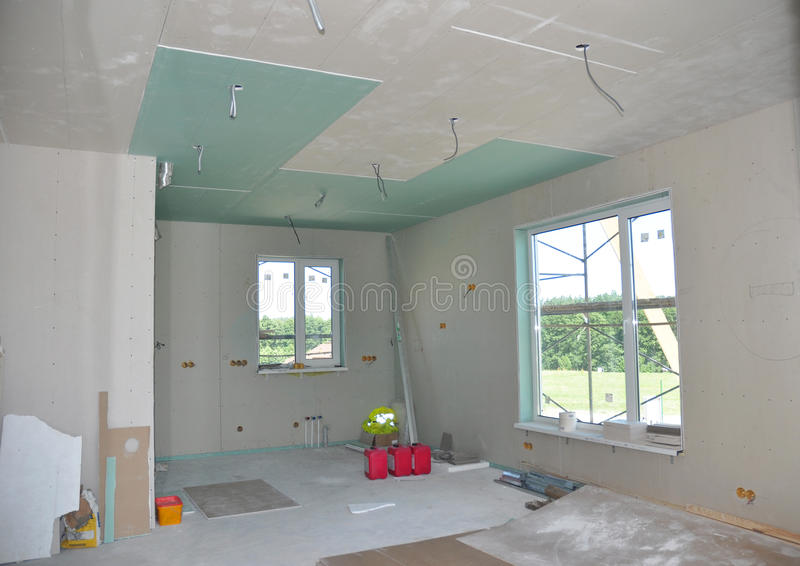 Ciérrese para arriba sobre los detalles de la construcción del techo con el alambre de la electricidad Paredes y techo del yeso d foto de archivo