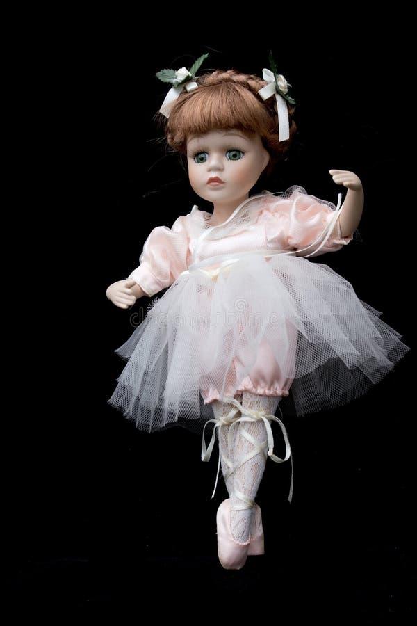 Ciérrese para arriba y bailarina aislada de la muñeca de la antigüedad del vintage vieja fotografía de archivo
