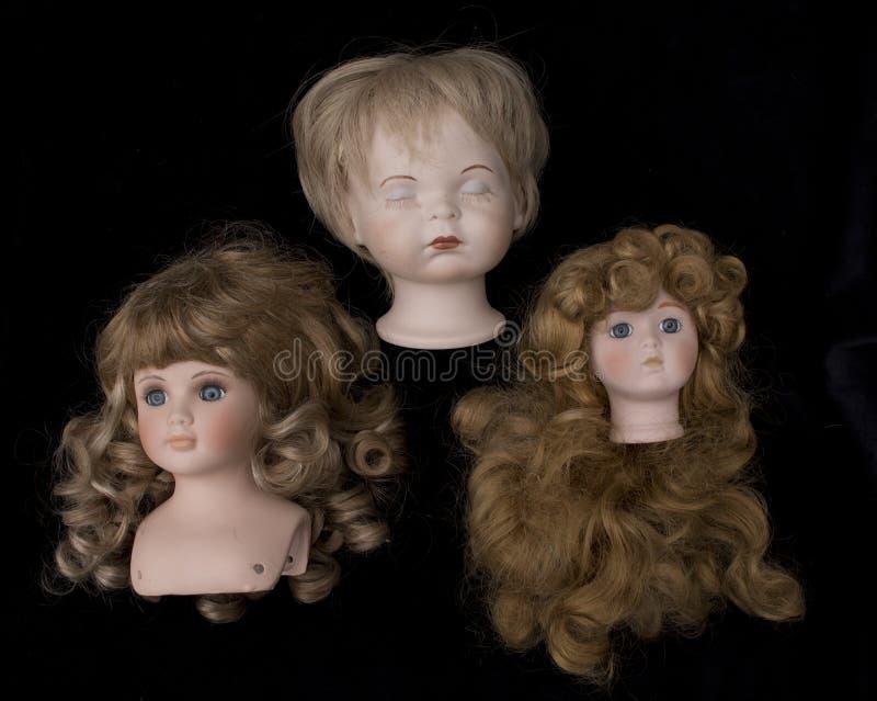 Ciérrese para arriba y cabezas aisladas de la muñeca de la antigüedad del vintage las viejas foto de archivo