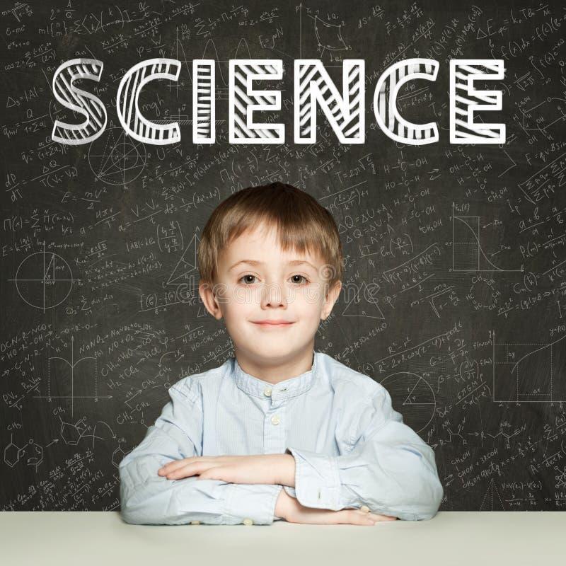 Ciência de Lern Criança inteligente do estudante no fundo do quadro-negro com fórmulas das matemáticas fotos de stock royalty free