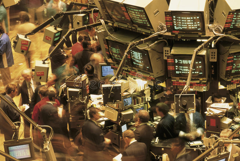 Ciò è il Ministero del commercio del Chicago il pavimento di commercio Mostra i commercianti che esaminano i monitor sulle pareti fotografia stock libera da diritti